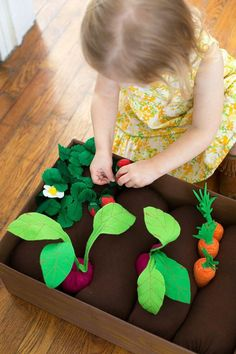 Plantable Felt Garden Box tutorial from A Beautiful Mess – incl. instructions fo… Plantable Felt Garden Box tutorial from A Beautiful Mess – incl. instructions for making carrots, beets, strawberry plants and planting box Kids Crafts, Craft Projects, Felt Projects, Baby Crafts, Baby Diy Projects, Preschool Projects, Quick Crafts, Small Sewing Projects, Simple Crafts