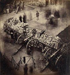 """@Eldamaganto: """"La #FotoDelDía de hoy está repetida, pero me gusta mucho y es lo que me pide el cuerpo. Barricadas en París, 1871"""" [2013-01-18] vía Twitter"""