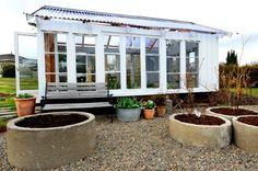 EGET BYGGVERK AV GAMLE VINDUER: Det er gøy å ha et drivhus som ikke alle har maken til.