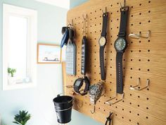 よく使う物はさっとすぐに取れる場所に置いておきたい。そんな時に役立つのが有孔ボードなんです。壁面収納の活用術を学んで、見せる収納をインテリアに取り入れてみましょう♡ Pegboard Storage, Loft Storage, Storage Ideas, Diy Interior, Room Interior, Interior Design, Workspace Desk, Computer Set, Desk Inspiration