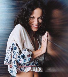 Bebel Gilberto - Hammersmith Apollo Live - EP (Capa Oficial do Álbum) Hammersmith Apollo, Film Music Books, Female Singers, Jazz, Kimono Top, Nova, Brazil, Beautiful, Legends