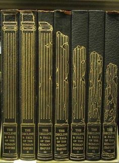 The splendid book design of the 1946 edition of Gibbon's Decline and Fall of the Roman Empire Good Books, Books To Read, My Books, Book Cover Design, Book Design, Ppt Design, Design Layouts, Design Posters, Brochure Design