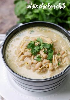 Delicious White Chicken Chili Recipe - one of the heartiest soup recipes ever! We love having this for dinner. Chicken, beans, cheese, and lots of spices! Chili Recipe Video, Chili Soup Recipe, Hearty Soup Recipes, Chili Recipes, Crockpot Recipes, Best White Chicken Chili Recipe, Chicken Carbonara Recipe, Soup And Salad, T 4
