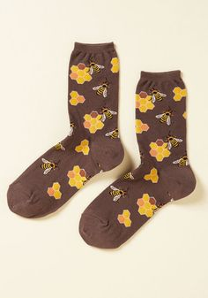 Word on the street is that you're looking totally cute from your head all the way down to these brown socks! Featuring a swarm of bees buzzing around honeycombs, these calf-high socks are the sweetest part of your ensemble.