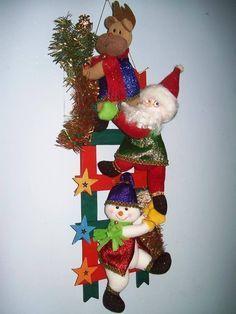 muñecos de nieve en escalera Felt Christmas Decorations, Christmas Lights, Christmas Wreaths, Christmas Crafts, Christmas Tree, Christmas Ornaments, Holiday Decor, Christmas Ideas, Felt Crafts