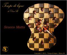 Scacco Matto:  Orologio in Castagno Massello, Soggetto Originale, Realizzazione artigianale in legno scolpito interamente a mano.