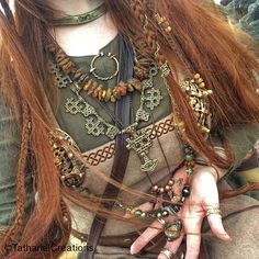 AleHorn - Viking Drinking Horn Vessels and Accessories Behooold, my viking bling! ✨ The large and incredibly epic bronze necklace is the newest addition to my shiny, wearable treasures! Vikings Art, Norse Vikings, Viking Clothing, Viking Jewelry, Mode Alternative, Viking Reenactment, Viking Wedding, Viking Dress, Viking Woman