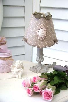 Abat-jour Empire en coton taupe à petits pois blanc cassé, camée en plâtre : Luminaires par patines-lin-et-coton