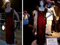 Montagem cena do filme Titanic, Rose pendurada do lado de fora do navio e ao lado o figurino da cena no manequim