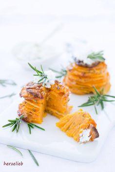 Süßkartoffeltürmchen mit Parmesan, Knoblauch und Rosmarin