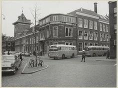 NZH, Haarlem twee Leyland bussen in 1954 bij de Grafische inrichting Joh. Enschedé en Zn. aan het Klokhuisplein / hoek Damstraat