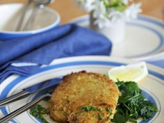 Rezept: Hähnchenschnitzel in Panade mit Spinat und Zitrone