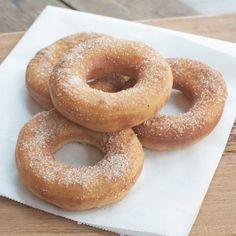 Dat donuts lekker zijn wisten we allang. Maar wist je ook dat het hartstikke makkelijk is om ze zelf te maken? Het resultaat: goudbruine en luchtige donuts.