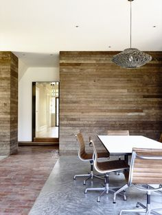 Northcote Residence / Wolveridge Architects  Polished concrete, old brick pavers and recycled timber wall