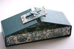 木曜日はカルトナージュのレッスンでした。 ずっと作ってみたかったバックル付きのボックスに挑戦しました。 バックルの形を丸やハートにしても可愛らしくなり... Perfume Packaging, Jewelry Packaging, Box Packaging, Diy Gift Box, Diy Box, Exploding Gift Box, Cardboard Box Crafts, Gift Box Design, Pretty Box