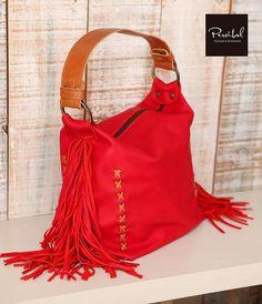 Bolso hobo en piel suave color rojo con correa y costura en cuero marrón  caramelo. 67ad1685206