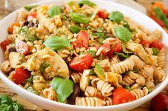 Caprese Nudelsalat mit Antipasti, Artischocken, Oliven, Mozarella, Basilikum