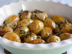 Man kan både bruge kartoffelbåde eller små, hele kartofler til disse lækre, græske kartofler.