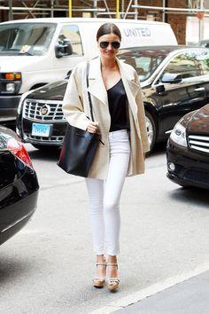 Model Miranda Kerr Street Style Wearing White Jeans And Beige Jacket White High Waisted Jeans, White Ripped Jeans, White Pants, White Denim, Miranda Kerr Street Style, Looks Street Style, Jeans Skinny Branco, Denim Blanco, Womens White Jeans