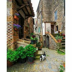 Exploring the back alleys of Tuscany, Sorano, Italy | Photography by @ilhan1077 #TheGlobeWanderer