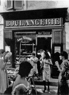 © Photo by Willy Ronis :Boulangerie-L-Isle-sur-la-Sorgue-Vaucluse-1979