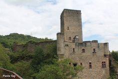 Belcastel (Aveyron, France) Le château-fort sour un autre angle