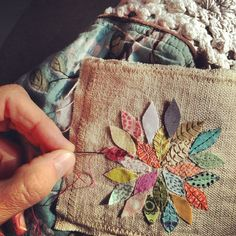 Simple stitch repetition, Sashiko Embroidery by Misako Mimoko Raw Edge Applique, Embroidery Applique, Embroidery Stitches, Embroidery Patterns, Sewing Patterns, Sashiko Embroidery, Wool Applique Quilts, Applique Cushions, Simple Embroidery