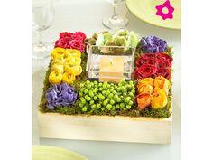 Centro de mesa para boda cuadrado con flores moradas y amarillas