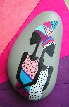 Africanas pintadas en una piedra