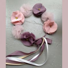 Une jolie couronne de fleurs en tissu