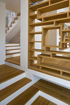 Velkou pozornost věnovali architekti dostatku úložných prostorů.