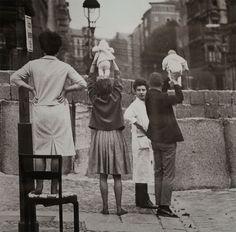 Residentes del Berlín occidental muestran sus niños a sus abuelos del Berlín oriental, 1961.