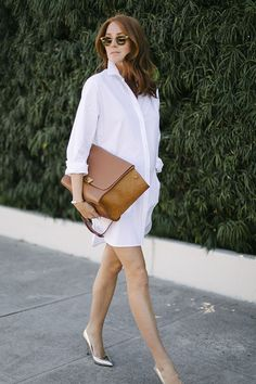 White shirt dress with gold pumps and brown purse street style Alexander Wang, Looks Style, Style Me, Street Chic, Street Style, Metallic Pumps, Gold Pumps, White Pumps, Mode Shoes