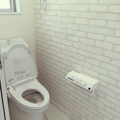 女性で、4LDKの壁紙/サンゲツ/ホワイトインテリア/マイホーム建築中/LIXIL/アクセントクロス…などについてのインテリア実例を紹介。「2階トイレ。アクセントクロスは迷いに迷って時間がなくなって、これでいいか的に選んだもの。。2階は家族用なため、手洗い付きのトイレに、紙巻き機も特にこだわりなくリモコン一体型のリクシルのもの。」(この写真は 2016-01-21 19:34:02 に共有されました) My House, Toilet, Bathroom, Home Decor, California, Lifestyle, Washroom, Flush Toilet, Decoration Home