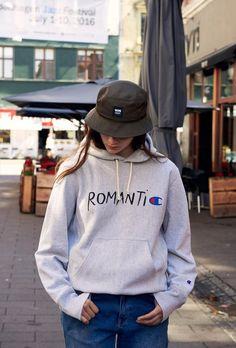 9d3a91e2409 Das dänische Label WoodWood hat sich mit Champion zusammengetan und Shirts