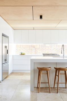 A dated brick house undergoes a timeless update. Photography by Jessie & Jones. : A dated brick house undergoes a timeless update. Photography by Jessie & Jones. Architecture by Alexandra Buchanan (alexandrabuchanan…). Plywood Ceiling, Plywood Walls, Wooden Ceilings, Timber Ceiling, Floor Ceiling, Modern Ceiling, Ceiling Lighting, Kitchen Cabinets Decor, Cabinet Decor