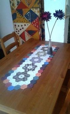 Sechsecke, Tabellenpfad, Patchwork - diyevent All Pictures Table Runner And Placemats, Table Runner Pattern, Quilted Table Runners, Hexagon Quilt Pattern, Quilt Patterns, Chicken Scratch Embroidery, Quilted Table Toppers, English Paper Piecing, Mug Rugs