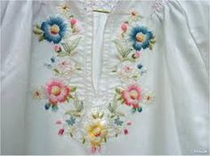 Resultado de imagem para blusas bordadas Couture Embroidery, Silk Ribbon Embroidery, Hand Embroidery Designs, Embroidery Stitches, Embroidery Patterns, Machine Embroidery, Mexican Dresses, Embroidered Clothes, Bag Patterns To Sew