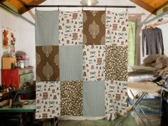 Reuse fabric scraps in a cute, easy patchwork blanket or throw >>… Home Projects, Sewing Projects, Reuse Fabric, Fabric Bowls, Fabric Bracelets, Patchwork Blanket, How To Make Curtains, Diy Interior, Fabric Scraps