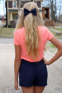 Street style | Navy shorts and bow with salmon shirt