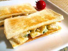 意外な組合せから、思いがけない美味しさが生まれます。バナナときゅうりの組み合わせは、オススメの組み合わせ。パリっとしたきゅうりと、柔らかなバナナの食感の違いも楽しめる、美味しいサンドです。騙されたと思って作ってみましょう。  【材料】 バナナ キュウリ マヨネーズ パン 塩