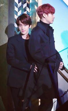 BaekYeol...... Baekhyun getting handsy with Chanyeol!!!!