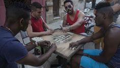 Un grupo de cubanos juega al dominó en La Habana.