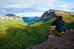 Com atrações fascinantes para os amantes da natureza, a região da Chapada Diamantina, na Bahia, tem entre seus destaques monumentos como a Cachoeira da Fumaça (que tem queda superior a 300 metros de altura), o Poço do Diabo (com águas avermelhadas) e a imensa Gruta Lapa Doce. Na Chapada, a graça é vestir calçados resistentes e explorar estas e outras paisagens através de longas trilhas, que também levam a mirantes naturais como o visto na imagem acima. Para os que buscam uma dose maior de…