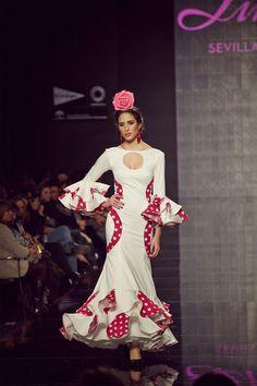 13-traje-flamenca-blanco-lunares-rojos
