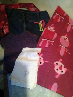 En pudsle taske m indhold og lilla kjole ca 3 mdr.