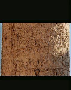 Particolari Colonna Traiana. La colonna è coclide, rappresenta gli eventi in ordini cronologico sena mitologia. La colonna Antonia successiva temporalmente raffigura gli eventi per importanza: in basso ci sono i più importanti perché più visibili