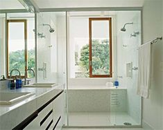 Banheiro com dois chuveiros
