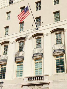 Corte Federal 9:40 a.m. domingo, 27 de octubre  de 2013. Como se puede apreciar en la Corte Federal solo se iza la bandera de los Estados Unidos. Dentro del código de banderas federal esta no esta incumpliendo con la ley,ya que, el mismo dice que la bandera debe estar izada todos los días, en las entradas de instituciones administrativas.