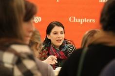 Los fans de Stephenie Meyeres de Vancouver, Canadá, están encantados. Mirad el vídeo Stephenie firmando autógrafos para sus seguidores.